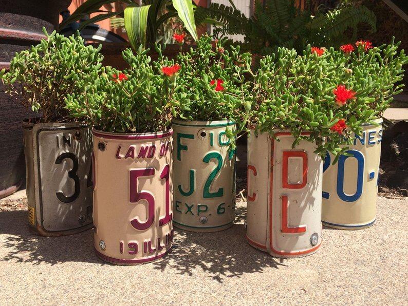 Artiste australien qui recycle les plaques en pots fleurs